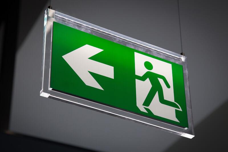 De vluchtrouteverlichting zorgt ervoor dat de vluchtwegen duidelijk herkenbaar zijn en mensen veilig het pand veilig kunnen verlaten.